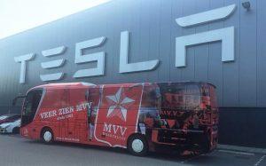 De spelersbus van MVV bij Tesla in Tilburg